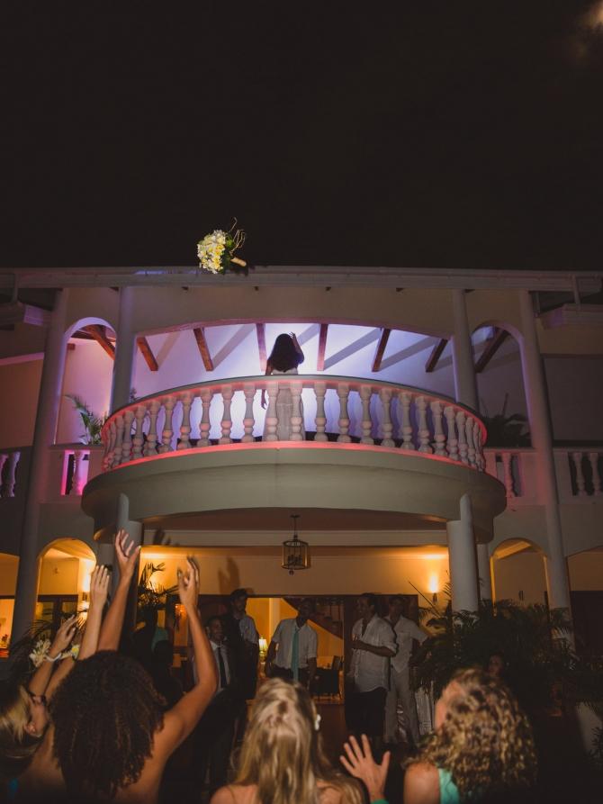 Wedding bouquet throwing - Wedding photographer in the Seychelles