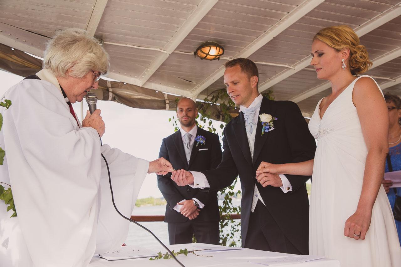 67a32d8e94d9 brollopsfotograf-stockholm-bat-wedding-photographer-sweden-boat-charter-15