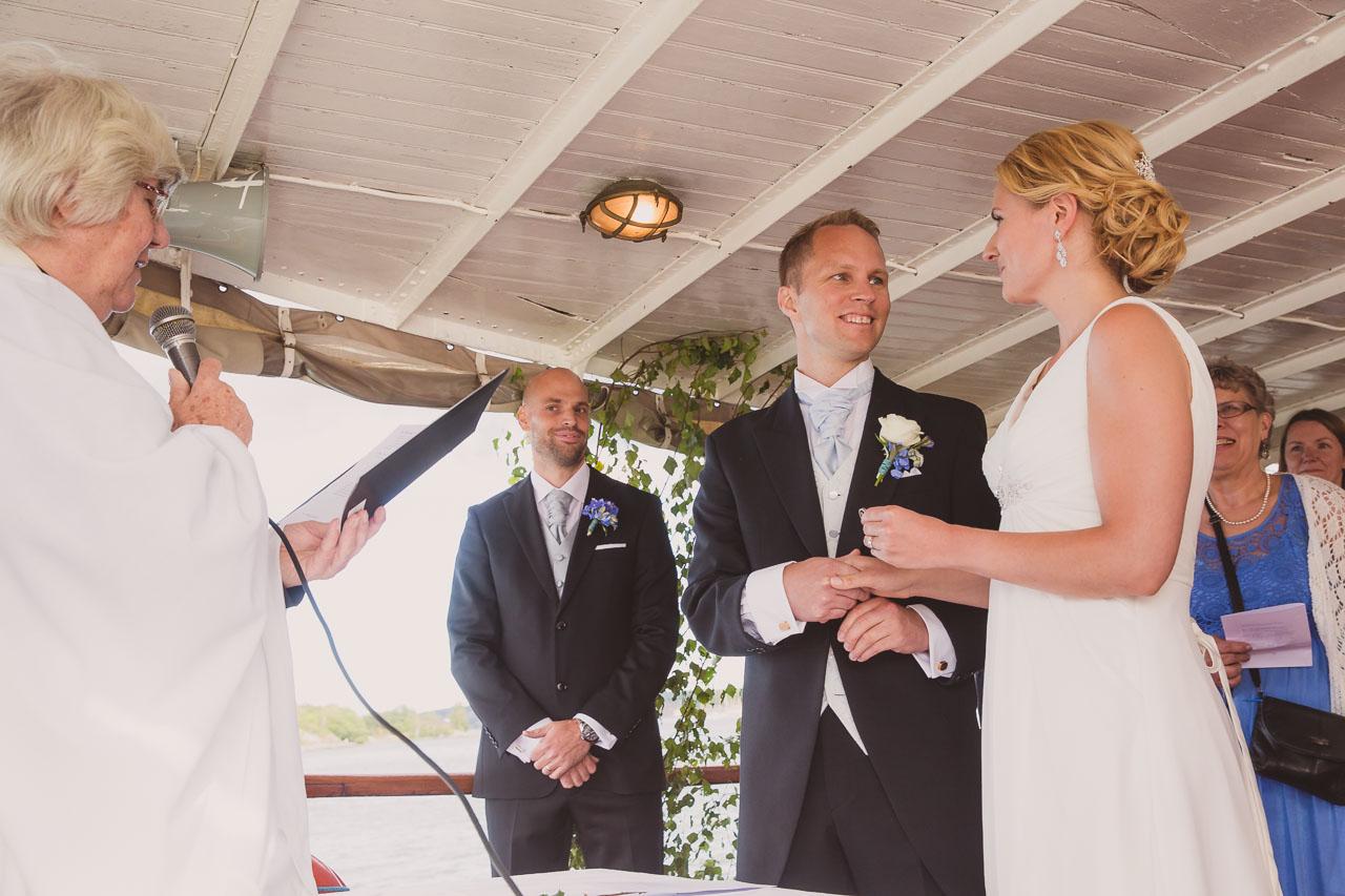 21395099aab5 brollopsfotograf-stockholm-bat-wedding-photographer-sweden-boat-charter-16