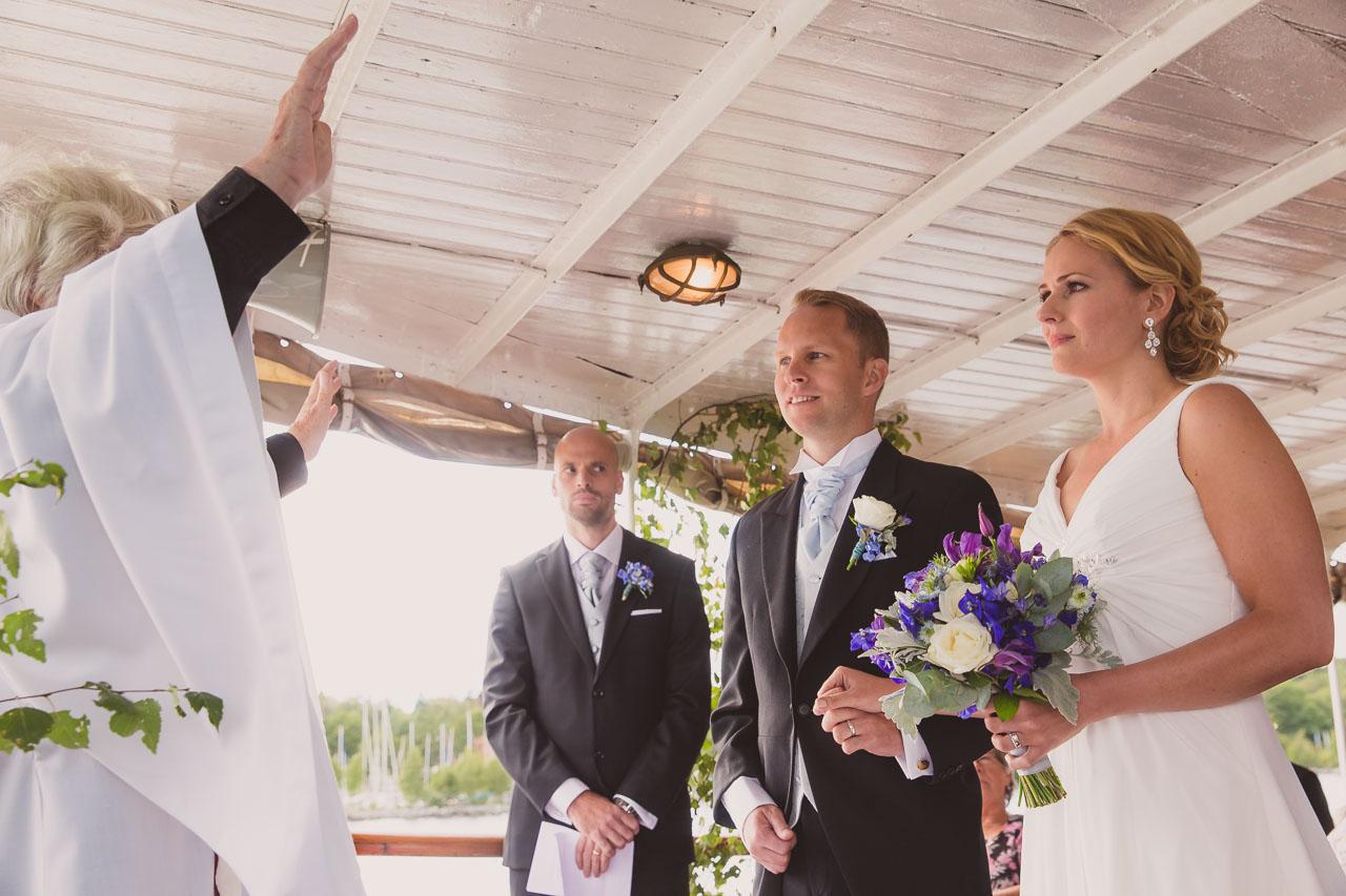 55c293112717 brollopsfotograf-stockholm-bat-wedding-photographer-sweden-boat-charter-25