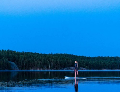 Stand-up paddling in the evening – Tiveden, Sweden