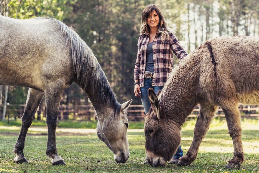 portrait-blind-horse-lea-cowgirl-louise-donkey-snickers