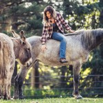 storytelling-editorial-portrait-blind-horse-lea-cowgirl-louise-donkey-snickers