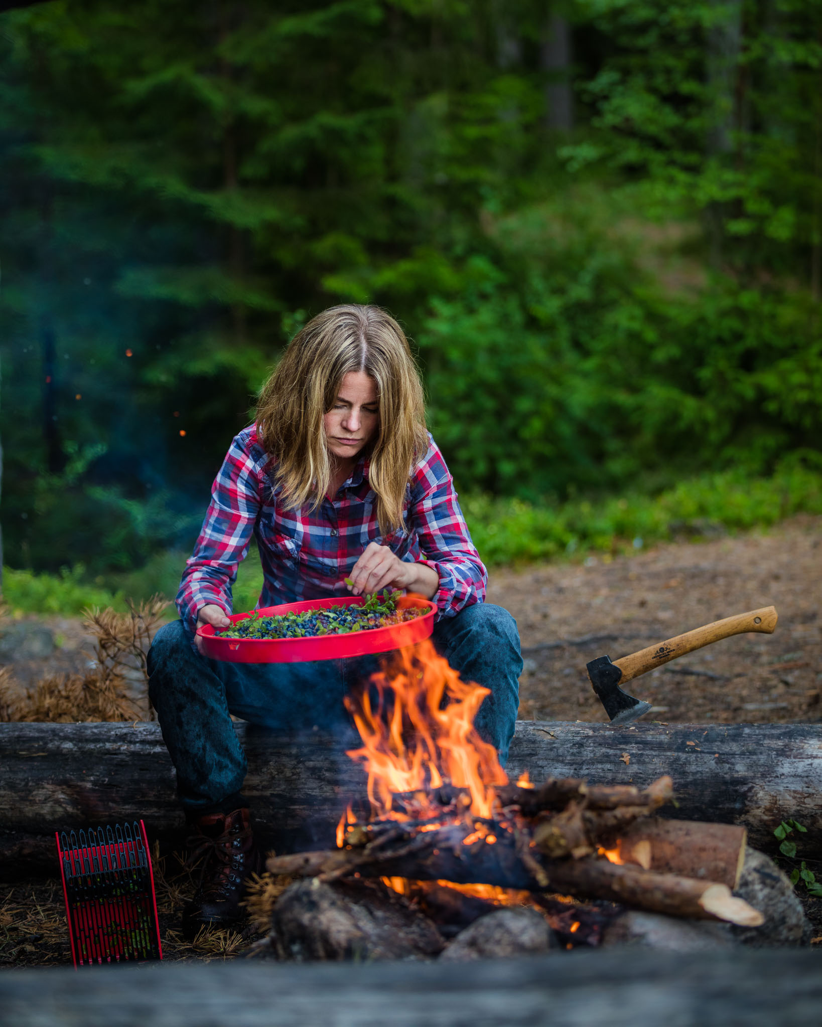sweden-nature-outdoor-blueberries-fire-woman